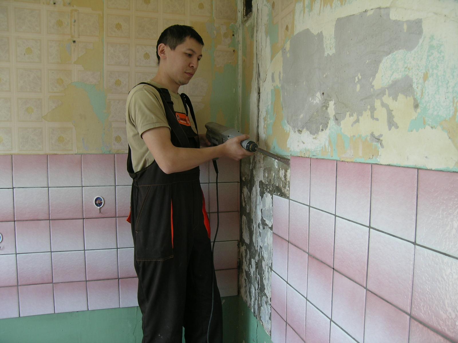 Как снять старую плитку со стены своими руками 21