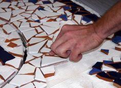 Как выложить мозаику из битой плитки
