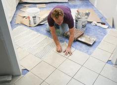 Как выполняется укладка плитки в ванной на пол и на стену