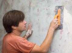 Что представляет собой процесс подготовки стен под плитку в ванной комнате?