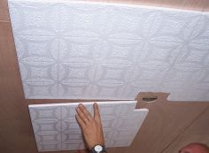 Домашнему мастеру: как наклеить потолочную плитку