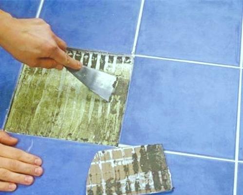 Как приклеить отвалившуюся кафельную плитку на стене