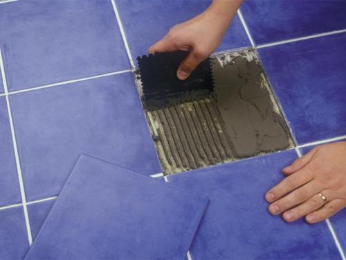 Чем приклеить отвалившуюся плитку на полу