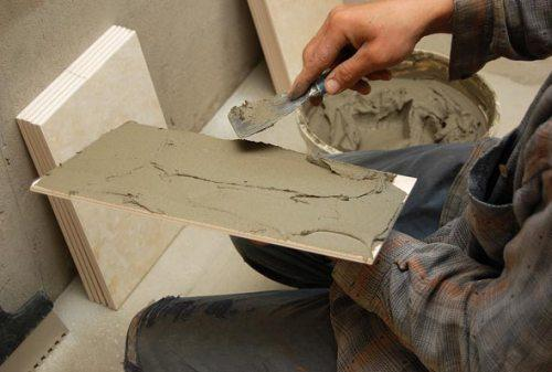 Чем приклеить кафельную плитку к бетону