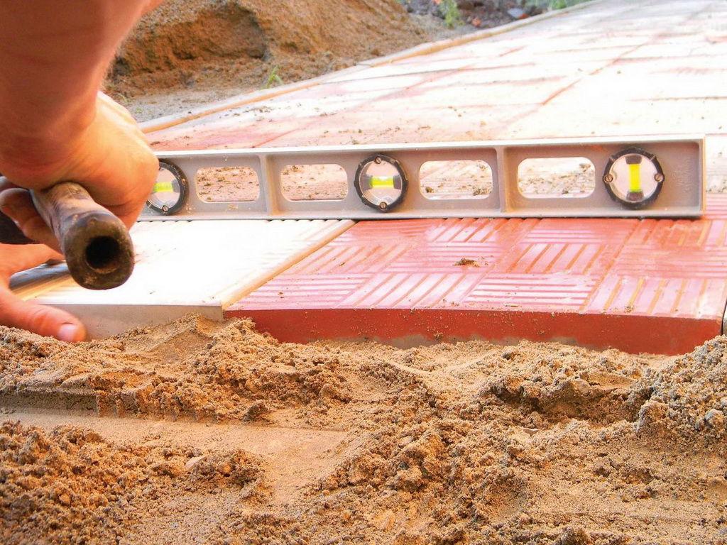 Укладка тротуарной плитки на песок своими руками: технология